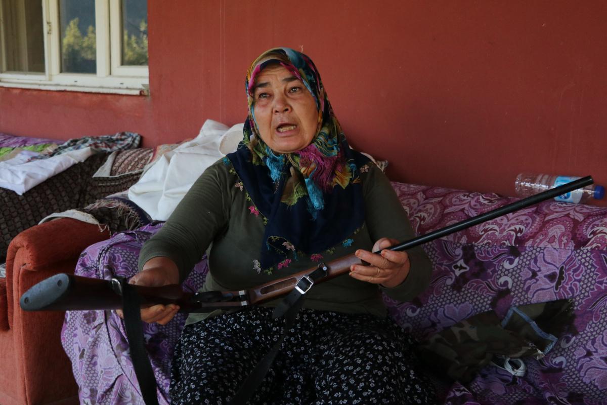 Yangının ortasında annesiyle kalan kadın: 'Tüfeğim yanımda olsa kendimi öldürecektim'